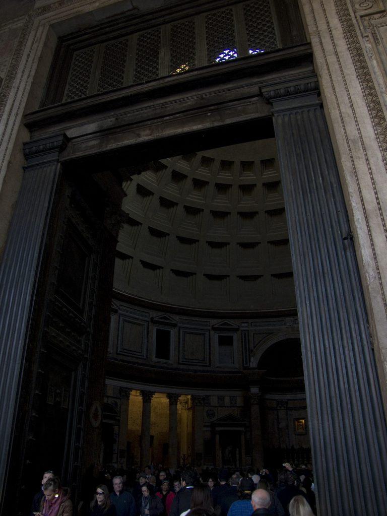 Blick durch die Tür ins Pantheon