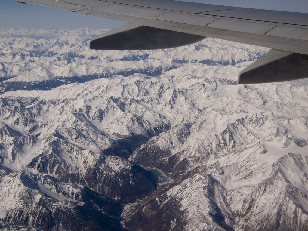 Gefrorener See in den Alpen