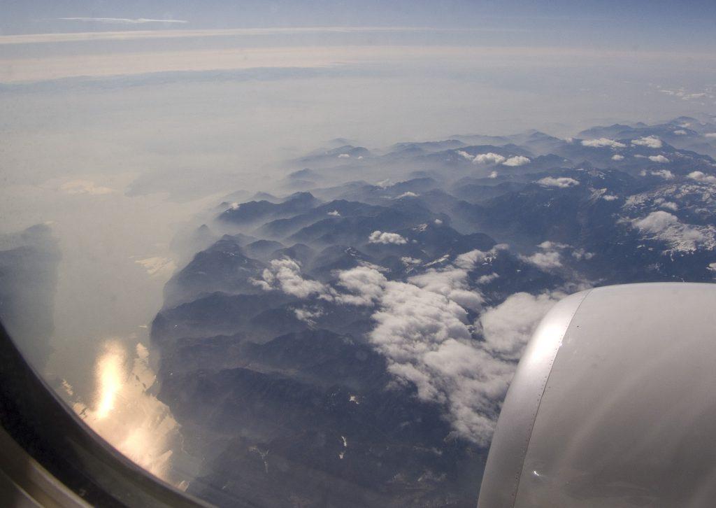Über den Alpen, links der Gardasee