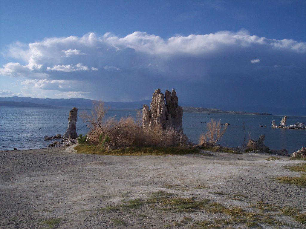 Tufa Towers am Mono Lake mit Gewitter im Hintergrund