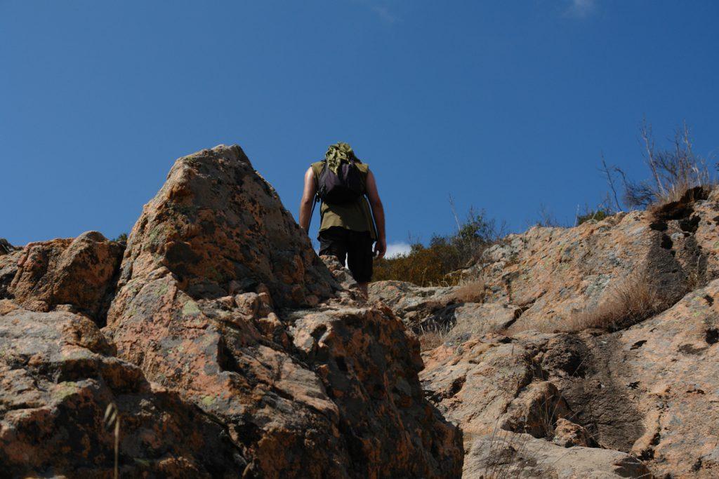 Pierre unterwegs auf Felsen