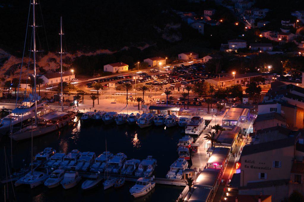 Bonifacio Yachthafen bei Nacht