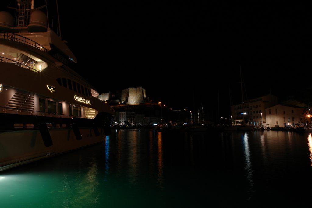 Luxusyacht im Yachthafen von Bonifacio