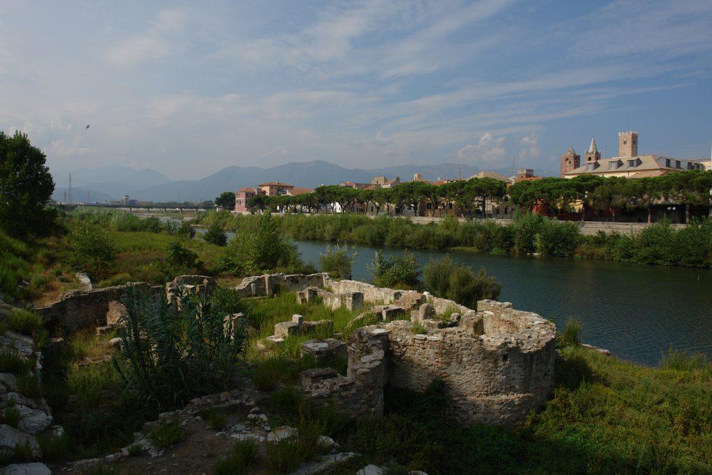 Blick über eine römische Therme, die Centa, die Altstadt und zu den Bergen von Albenga