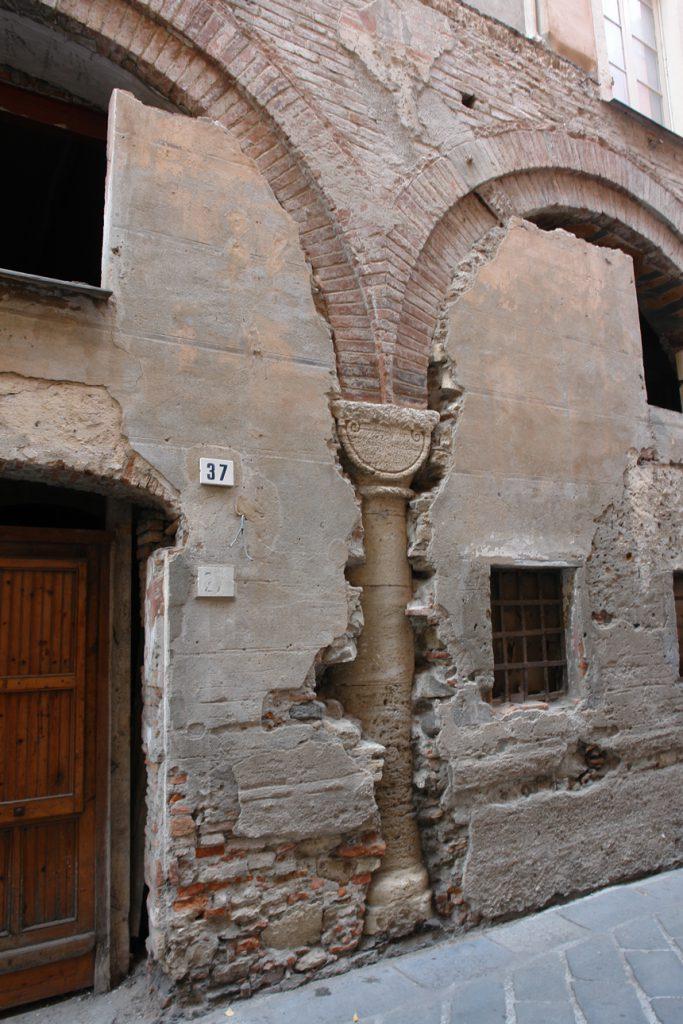 Eingemauerte Säule, Albenga, Ligurien
