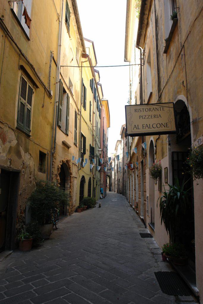 Gasse in Albenga, Ligurien