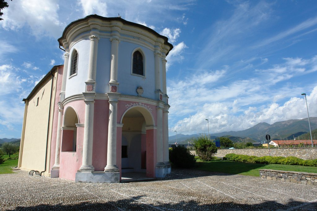 Kirche in der Nähe des Flughafens von Albenga
