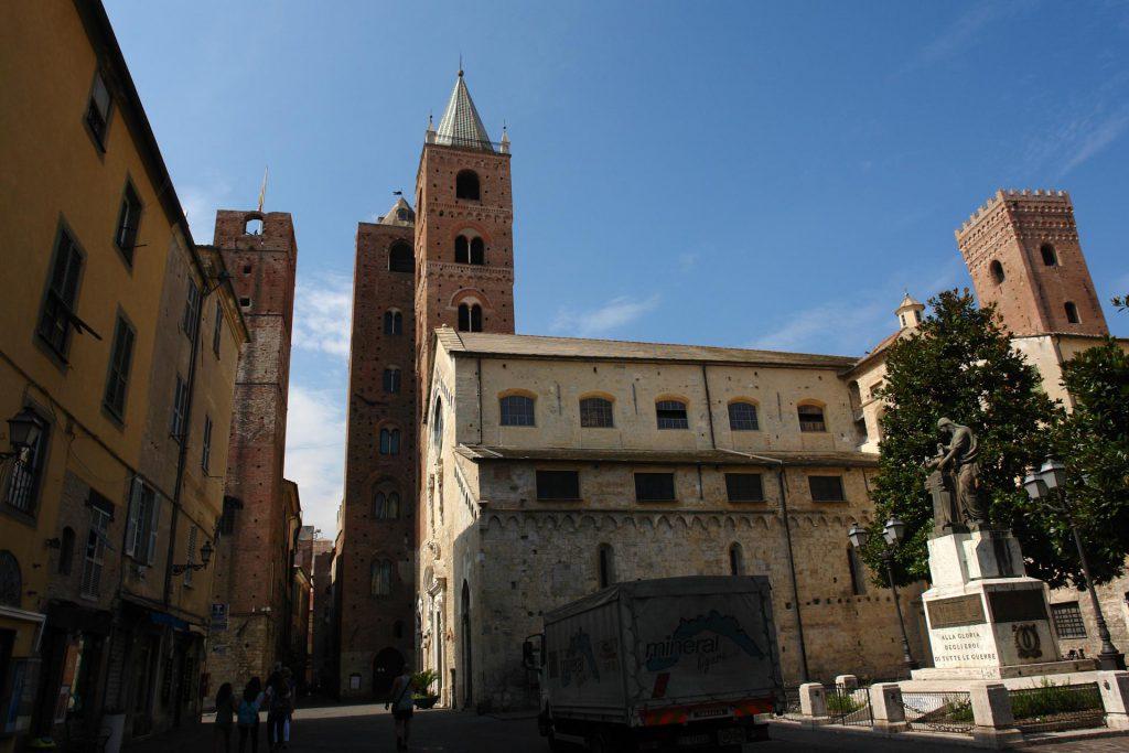 Albenga mit Kirche und zwei Wohntürmen