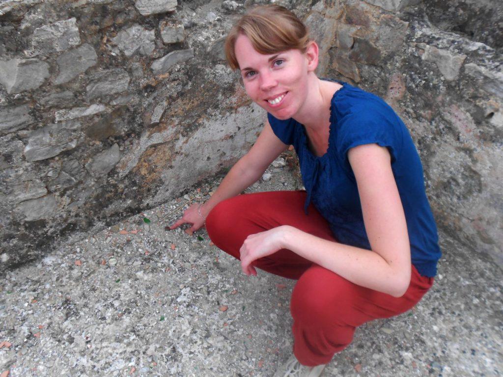 Debbie in der Nekropole: Habe eine (moderne) Münze gefunden!