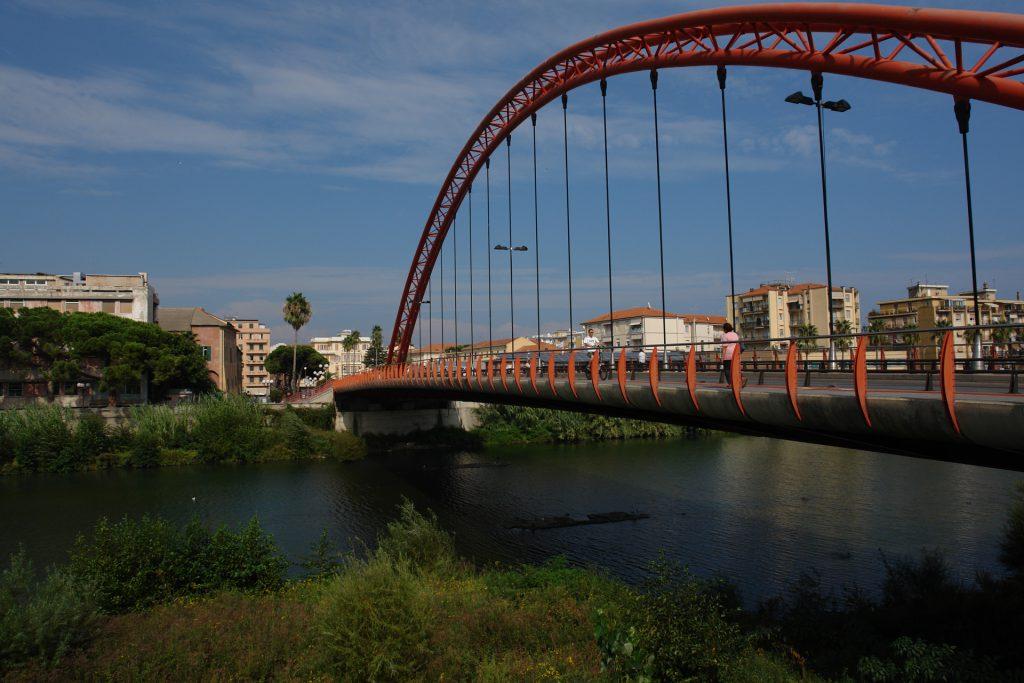 Die markante rote Bogenbrücke in Albenga