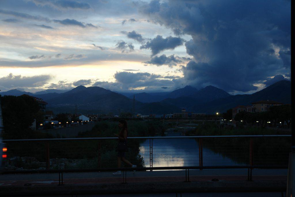 Nach Sonnenuntergang: die Centa und Berge bei Albenga