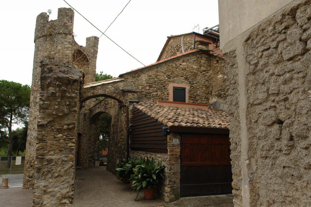 Stadtmauer und Häuser in Villanova d'Albenga