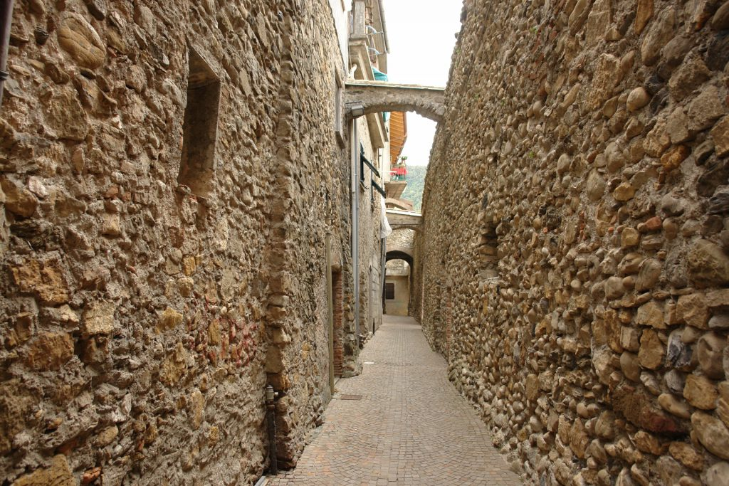 Gasse hinter der Stadtmauer von Villanova d'Albenga