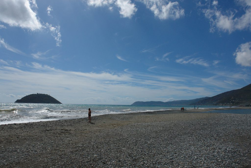 Strand in Albenga, links die Insel Gallinara