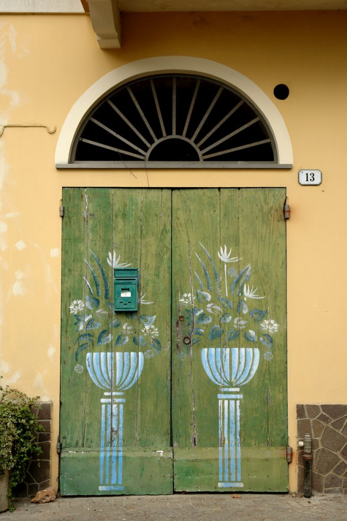 Bemalte Tür in Villanova d'Albenga