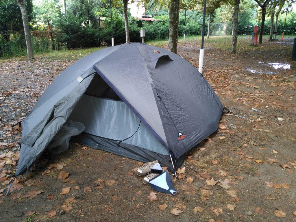 Aufgebautes Zelt auf dem Campingplatz