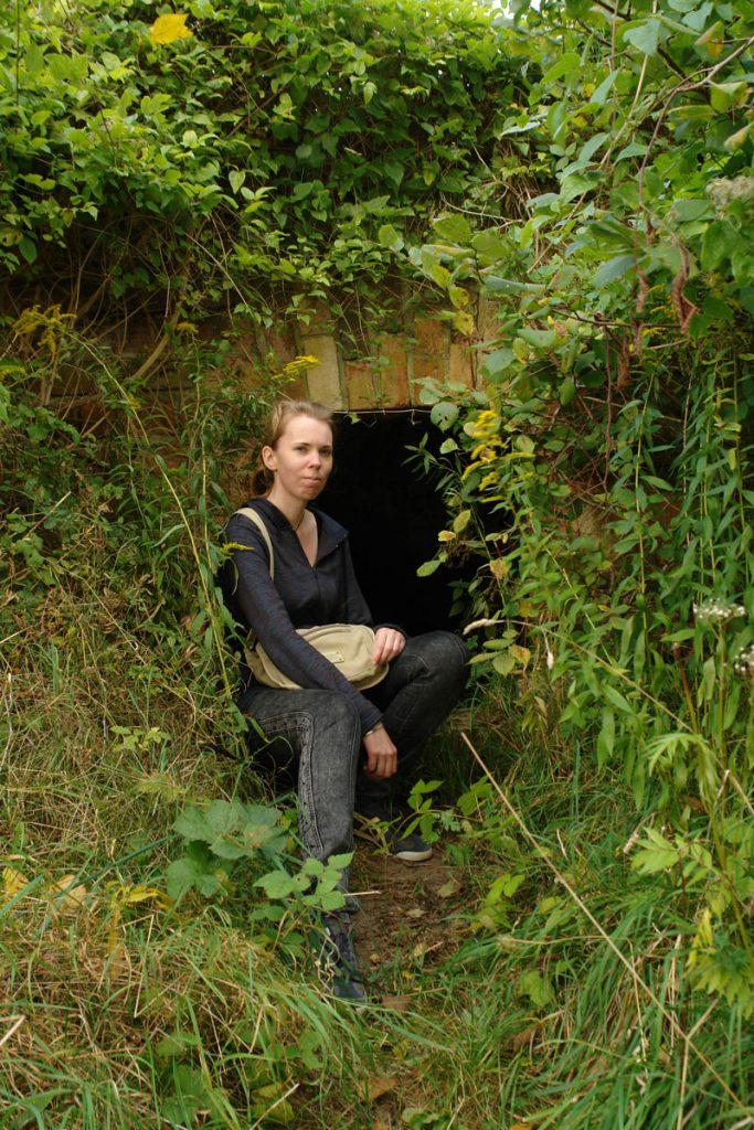 Debbie vor einem Kellereingang
