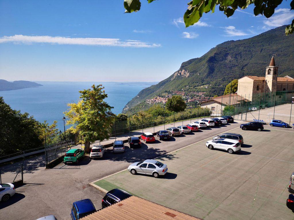 Toller Blick über den Gardasee: An der Pfarrkirche von Tignale / Gardola