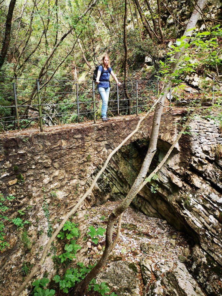 Steinbrücke über eine Schlucht