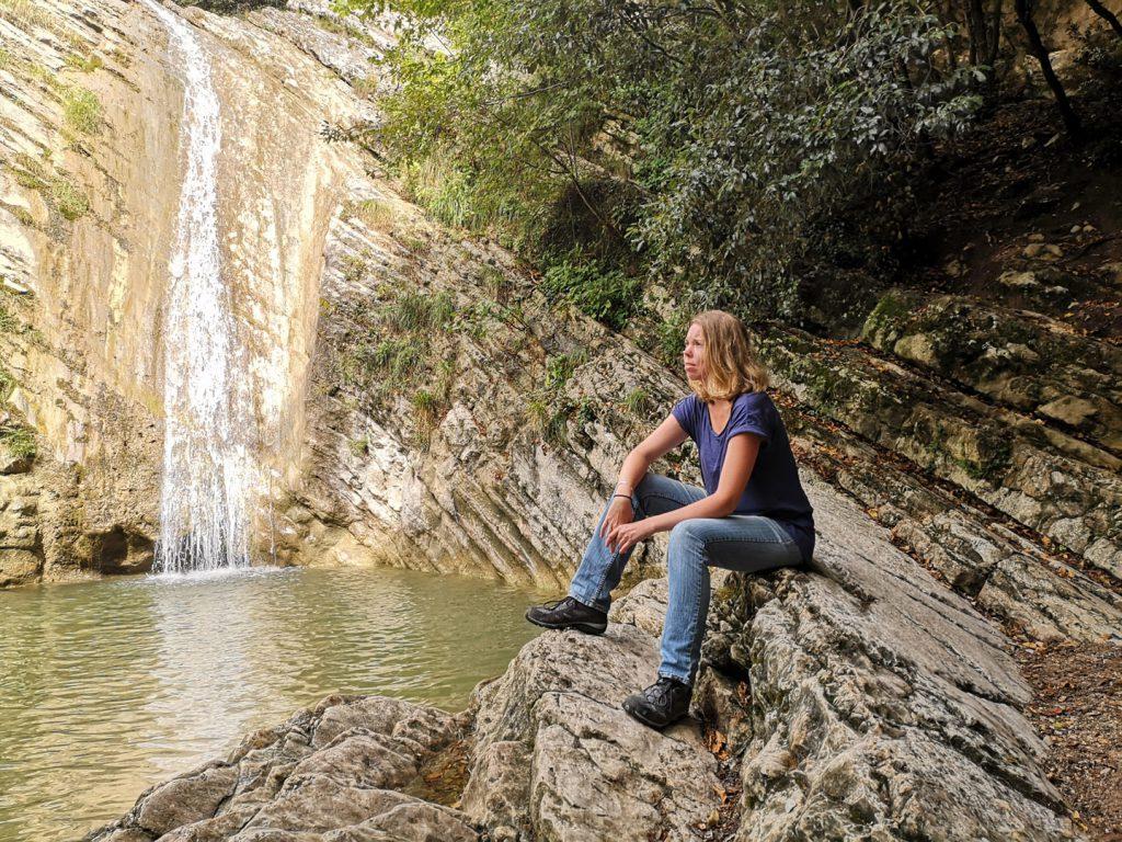 Debbie am Wasserfall