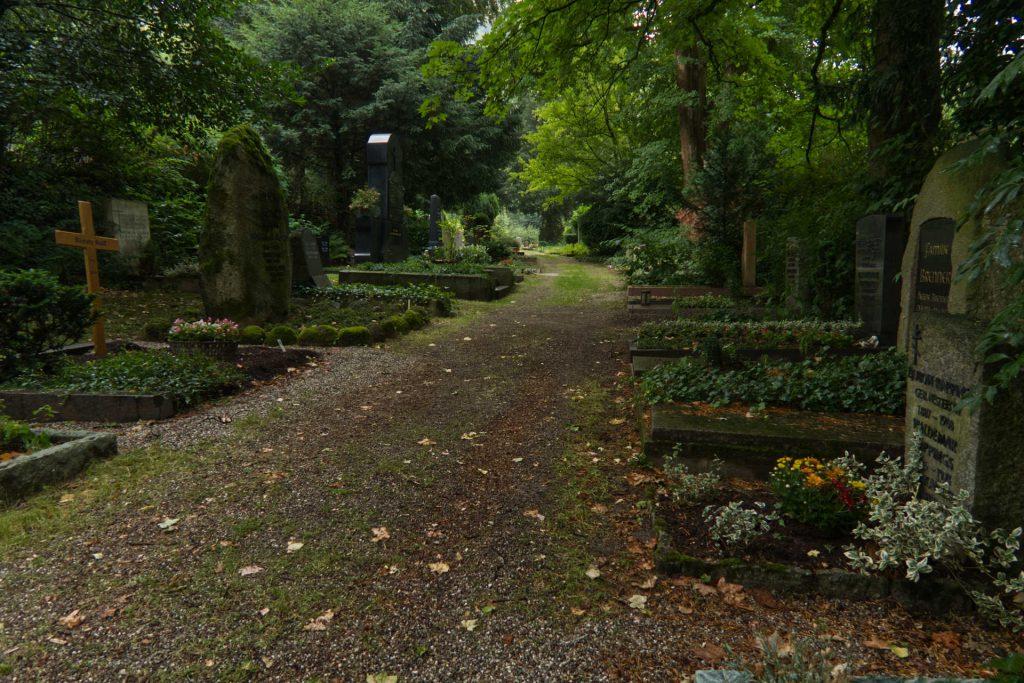 Weg über den Friedhof