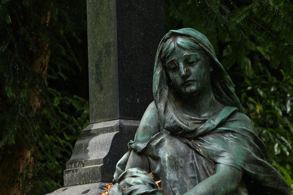 Traurig schauende Skulptur