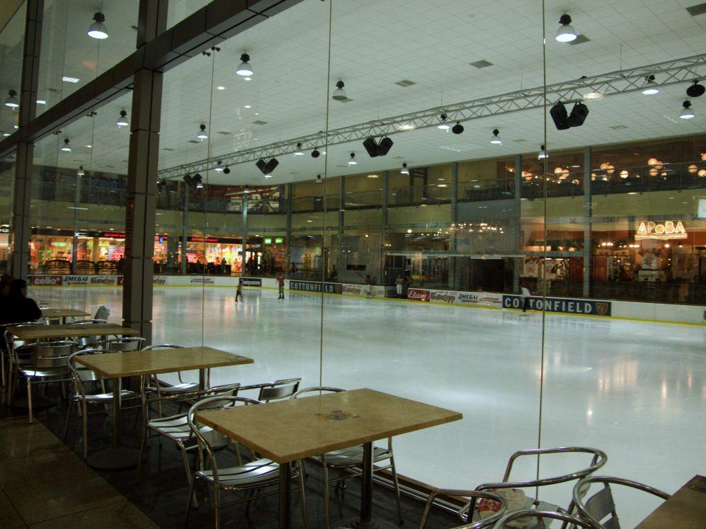 Einkaufszentrum mit Eislaufbahn