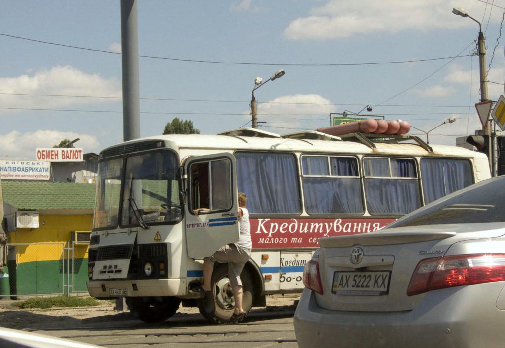 Bus mit Gasflaschen oder so auf dem Dach