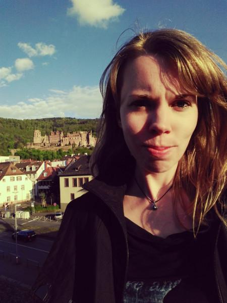 Debbie vor dem Heidelberger Schloss im Hintergrund