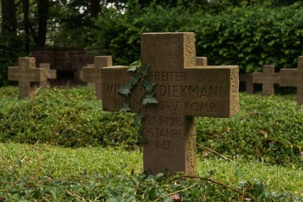 Soldatengrab mit Efeu auf dem Ehrenfriedhof