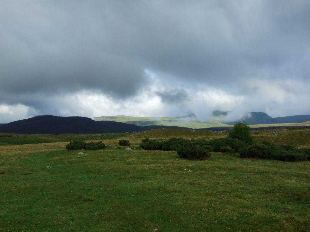 Tiefhängende Wolken über den Cairngorms
