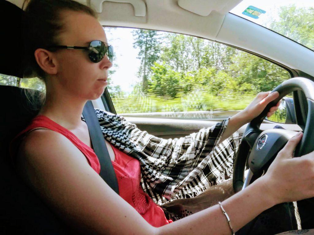 Shemagh schützt Arm beim Autofahren