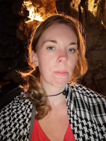 Debbie in einer Höhle