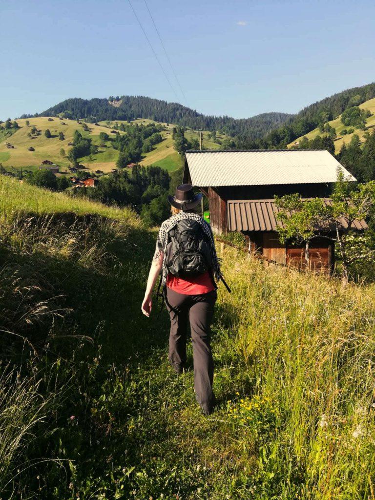 Debbie mit Schultertuch beim Wandern