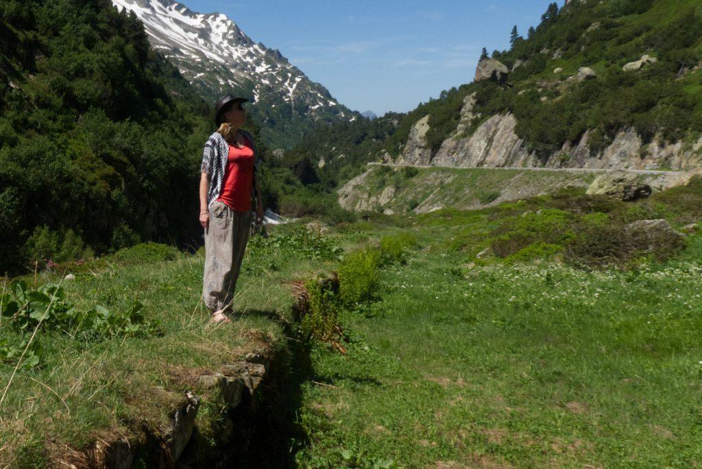 Debbie mit Shemagh in den Alpen