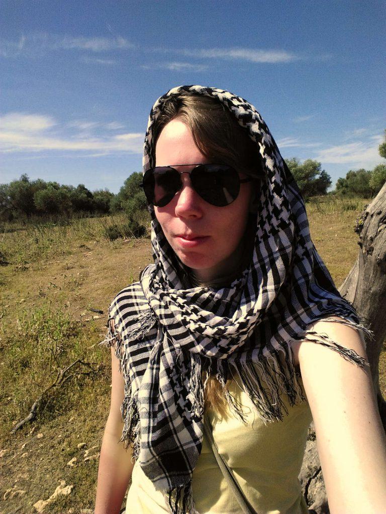 Debbie mit Kopftuch