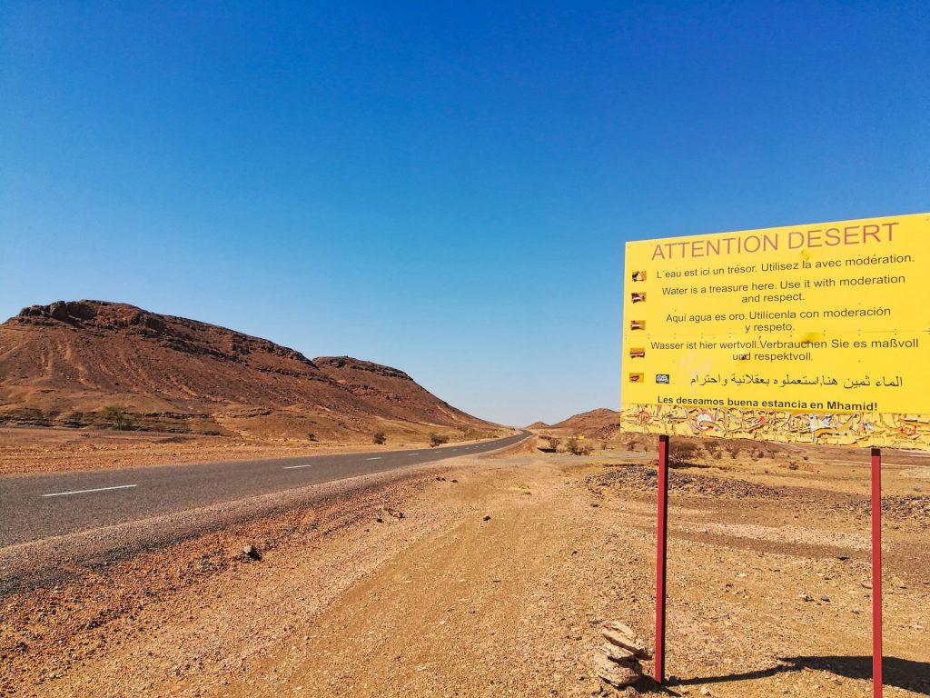 Hinweisschild bei der Einfahrt ins Draa-Tal von Zagora aus: Wasser ist ein Schatz