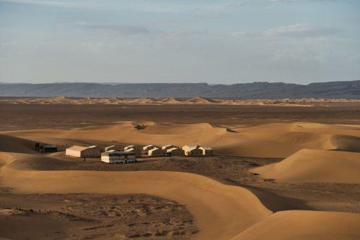 Unser Camp in der Zagora-Wüste im Draa-Tal. Im Hintergrund sind die Dünen von Erg Lihoudi zu sehen