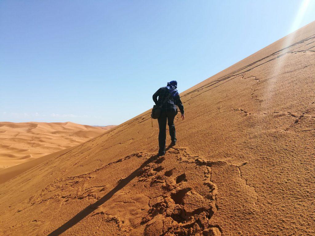 Debbie klettert auf hohe Düne bei Merzouga