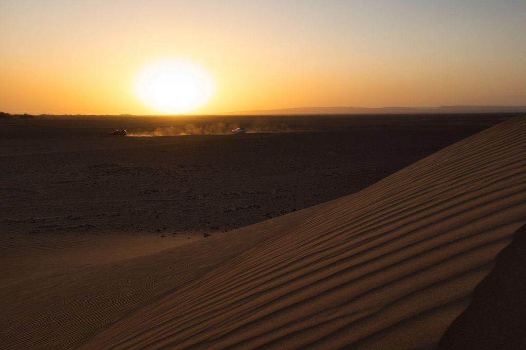 Geländewagen bei Sonnenuntergang