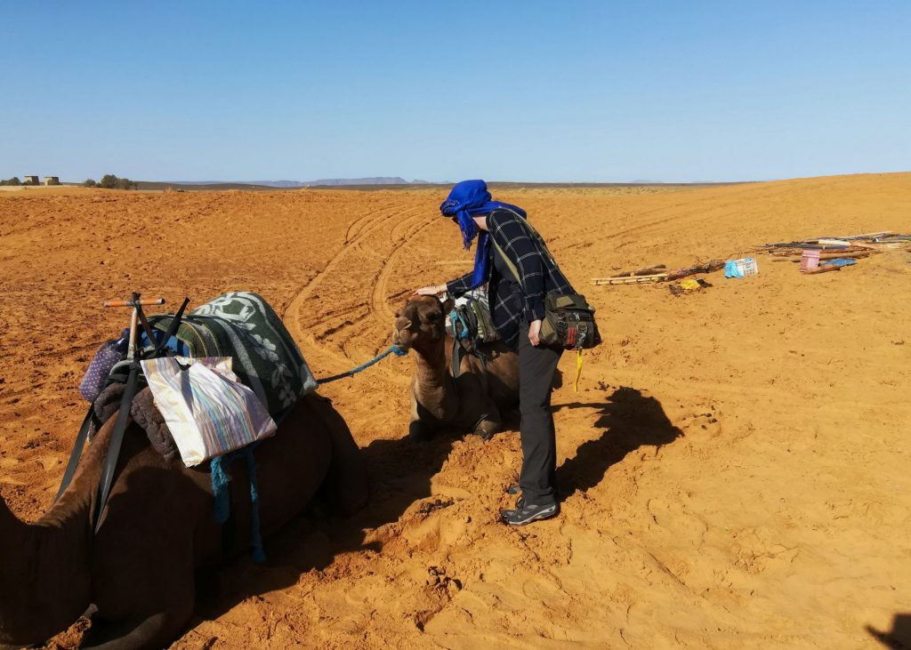 Debbie in voller Montur vor einem Tagesausflug in die Wüste