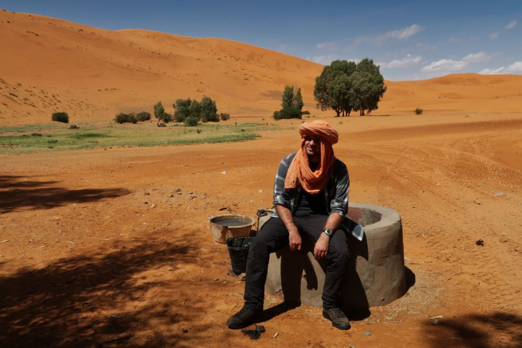 Pierre in voller Montur mit geliehenem Berberturban