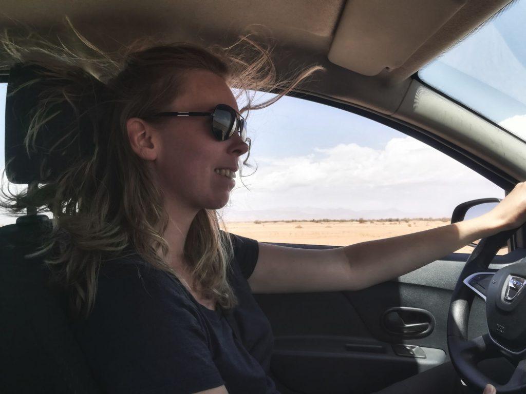Debbie im Auto