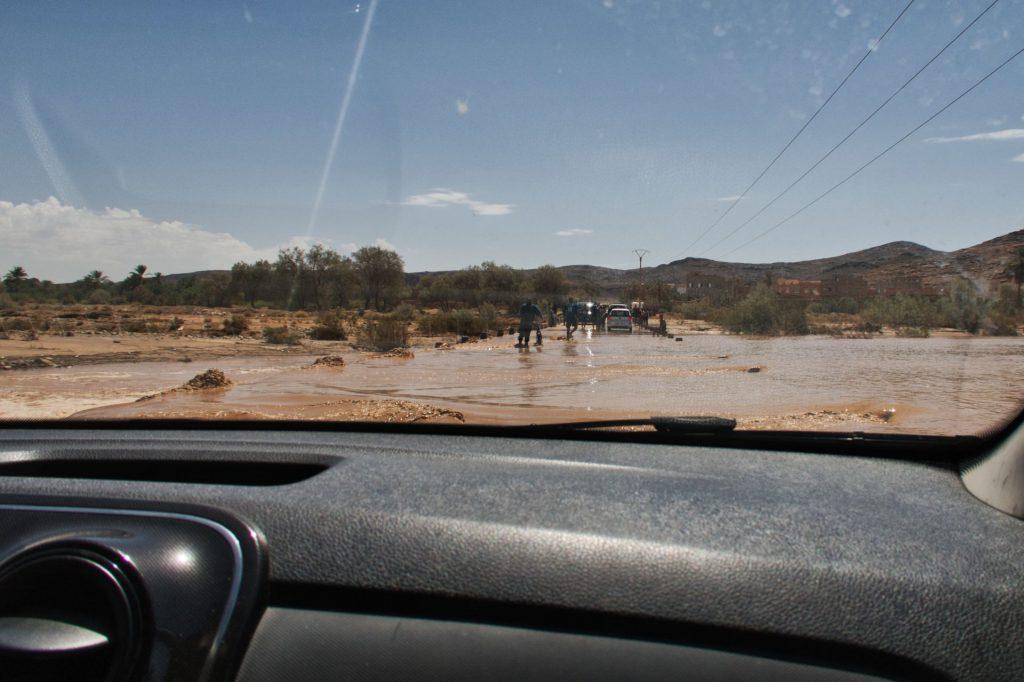 Fahrt durch eine überflutete Furt