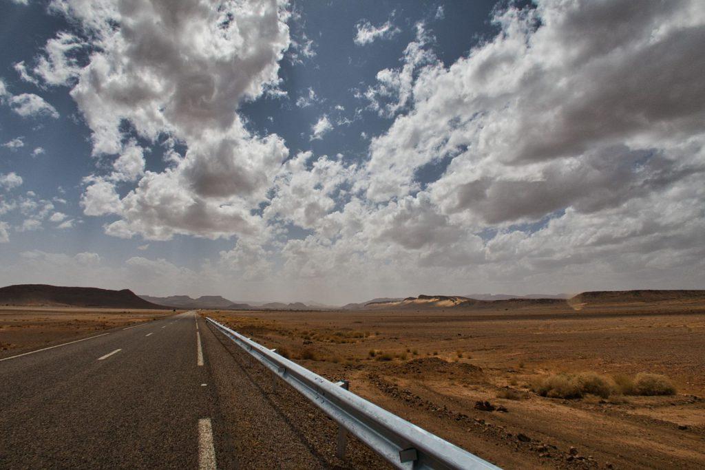 Gerade Straße durch die Ödnis in Marokko