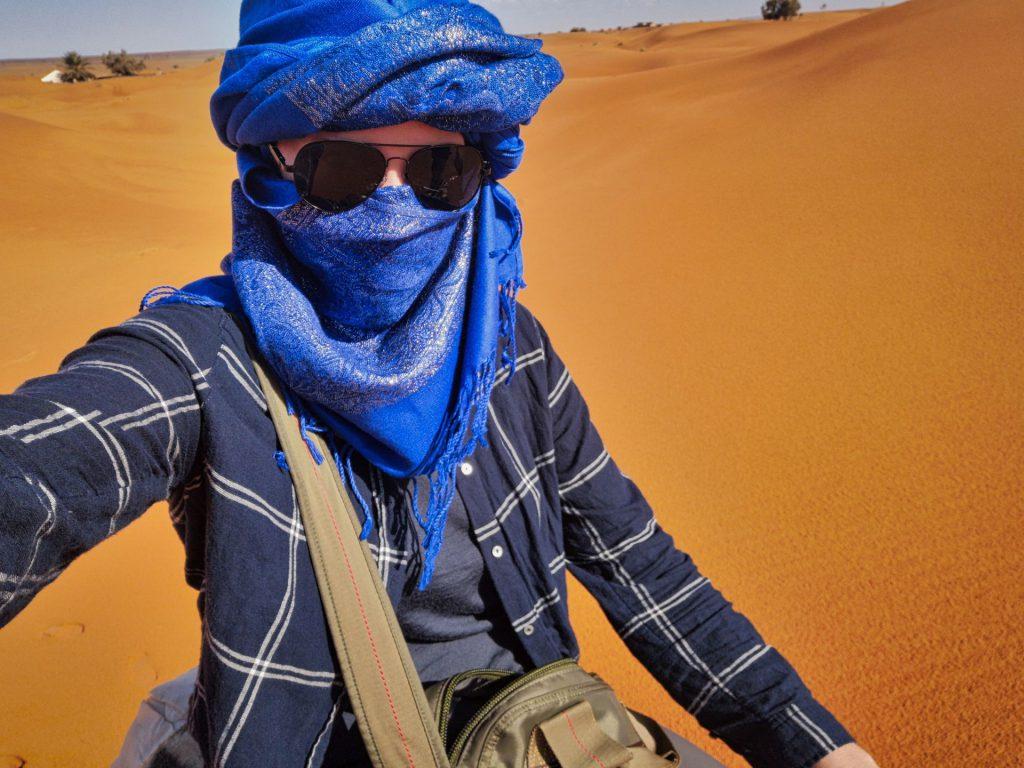 Mit der Sonnenbrille sieht das wirklich blöd aus... Debbie mit Turban, Merino-Shirt und Hemd