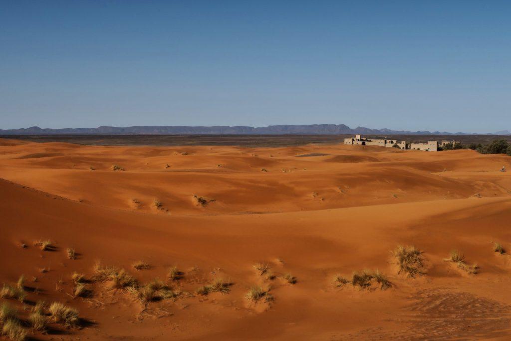 Ausblick über die Dünen zu den Bergen