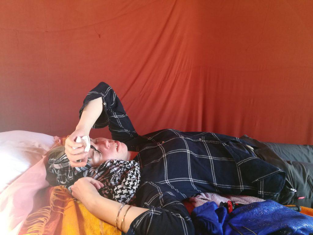 Debbie liegt völlig fertig im Zelt