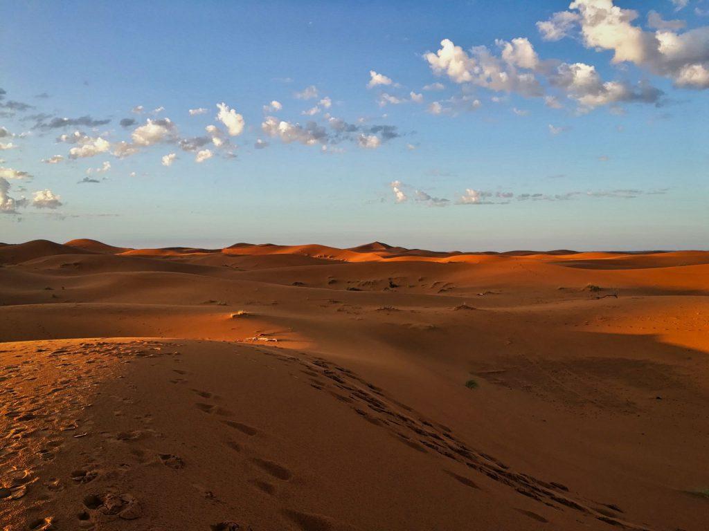 Die Dünen von Erg Chebbi erstrahlen im Sonnenaufgang