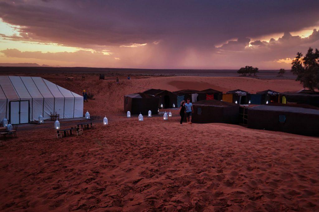 Sonnenuntergangsstimmung mit Regenschleiern im Hintergrund - das Pärchen dort sind leider nicht wir ^^